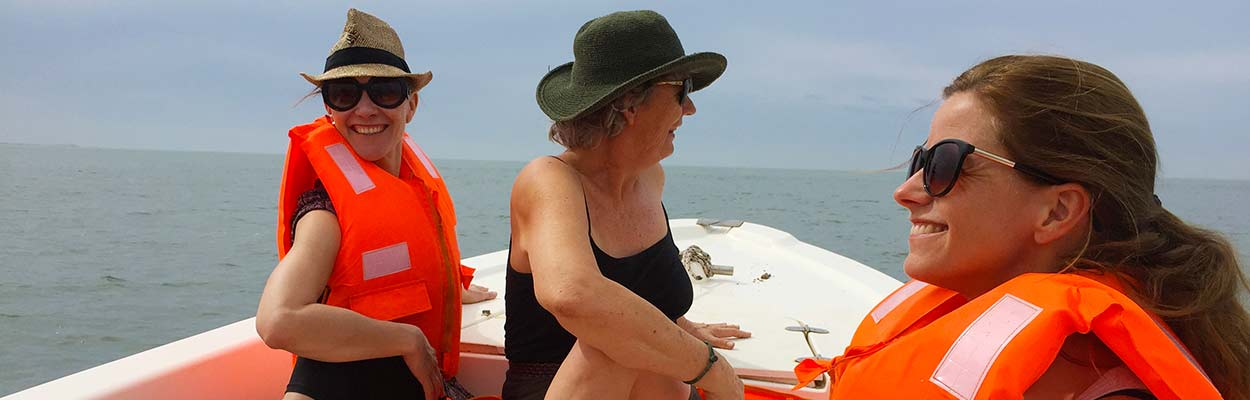 Lisa og yogagjester i båt
