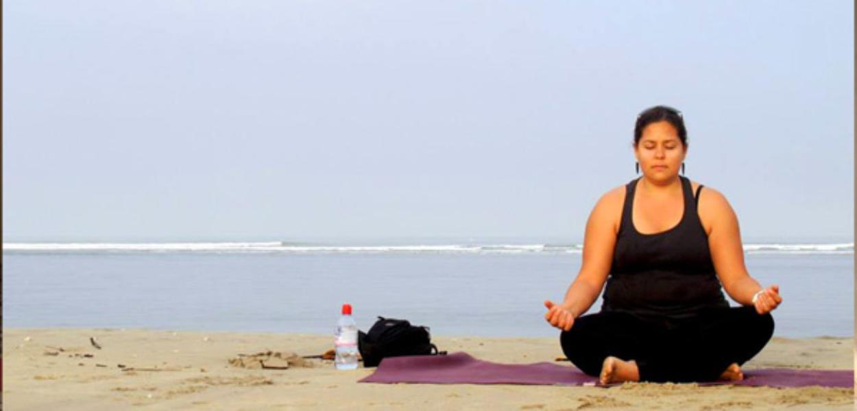 Yoga_alene_på_strand_sider_slider_image