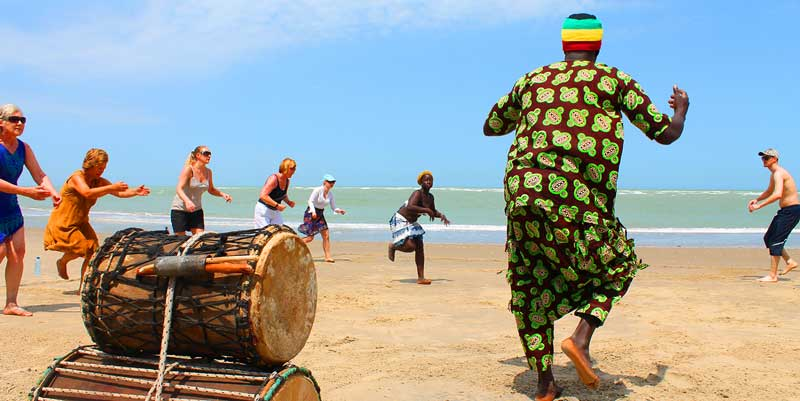 Tinting gjester på dansekurs på stranden