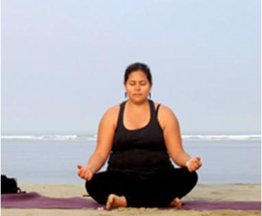 Tinting yogakurs kursholder på strand