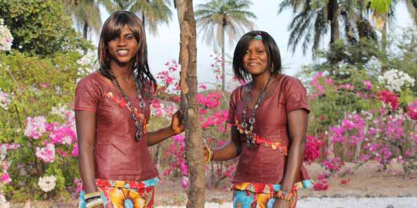Senegal djola i fargerike drakter