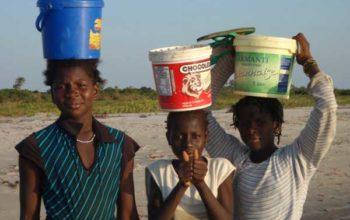jenter bærer vann på stranden