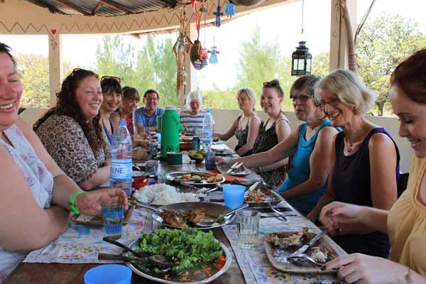 tinting gjester samlet til felles middag
